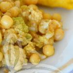 Piselli proteici e cavoli con quenelle di polenta